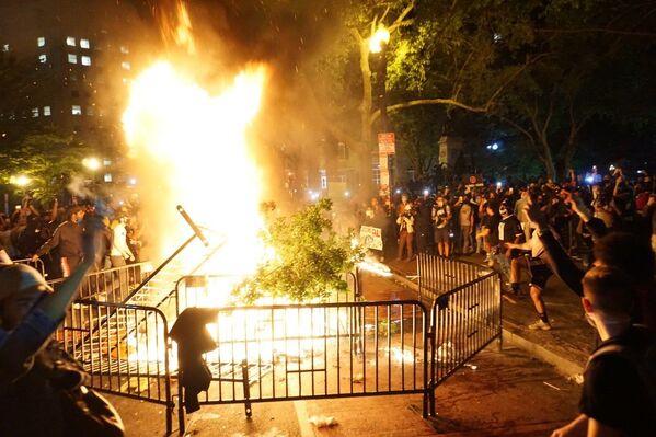 Протести у Вашингтону и нереди на улицама против полицијске бруталности због смрти Џорџа Флојда приликом хапшења. - Sputnik Србија