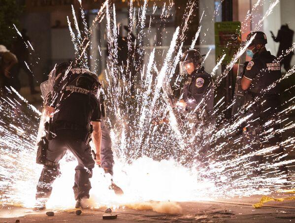 Експлозија пиротехничких средстава бачених на протесту испред Беле куће у Вашингтону, 31. маја. - Sputnik Србија