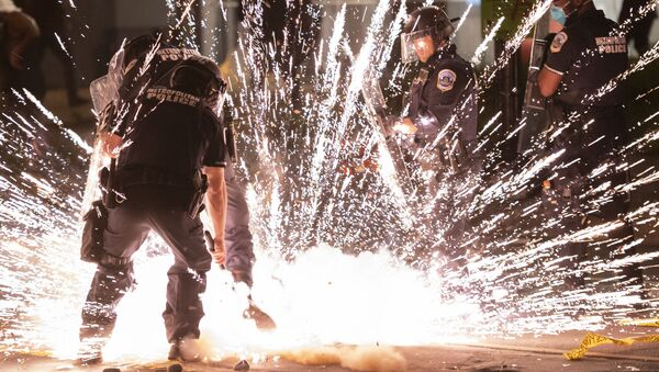Експлозија протестних петарди бачена у Вашингтон - Sputnik Србија