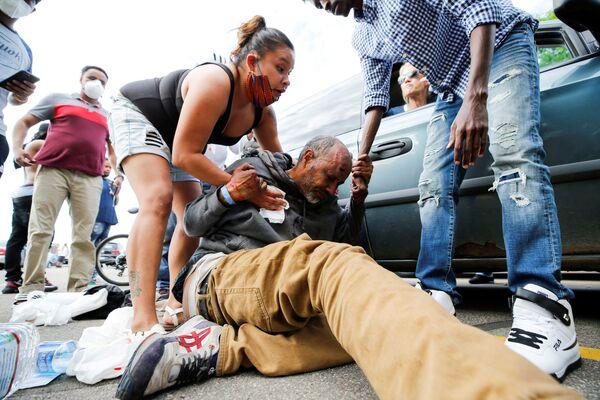Мушкарац са повредом главе током протеста испред полицијске станице у Минеаполису, 27. маја. - Sputnik Србија