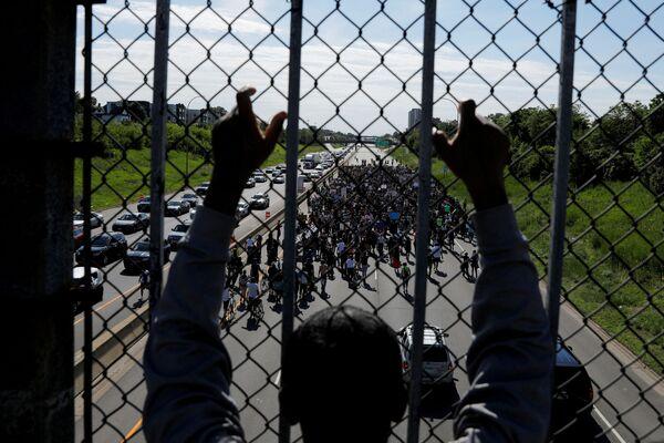 Демонстранти у скупу против убиства Џорџа Флојда у Минеаполису у Минесоти, Сједињене Државе, 31. маја 2020. - Sputnik Србија