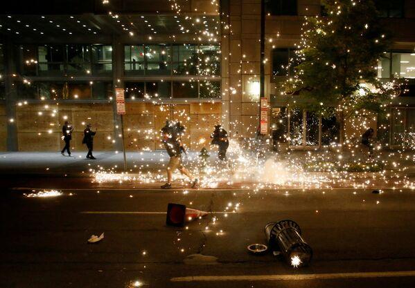 Полиција растерује демонстранте током протеста усред немира у земљи након смрти Афроамериканца Џорџа Флојда у Минеаполису, у Вашингтону, 31. маја 2020. године. - Sputnik Србија