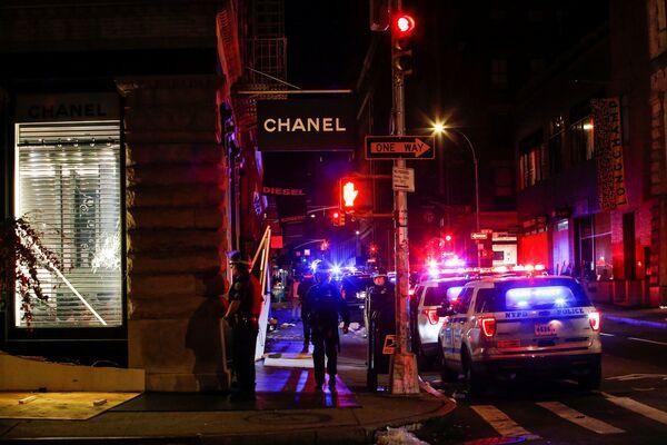 """Службеници полиције Њујорка испред продавнице """"Шанел"""" коју су поједини демонстранти опљачкали тококм протеста на улицама САД због смрти смрти Џорџа Флојда у Минеаполису. - Sputnik Србија"""