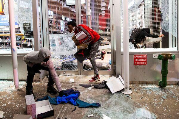 Пљачкање продавнице током протеста на Менхетну у Њујорку, САД, 1. јуна 2020.  - Sputnik Србија
