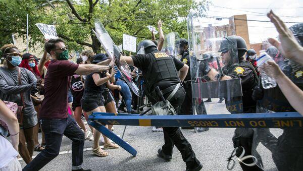 Сукоб демонстраната и полиције на протесту у Јужној Каролини - Sputnik Србија