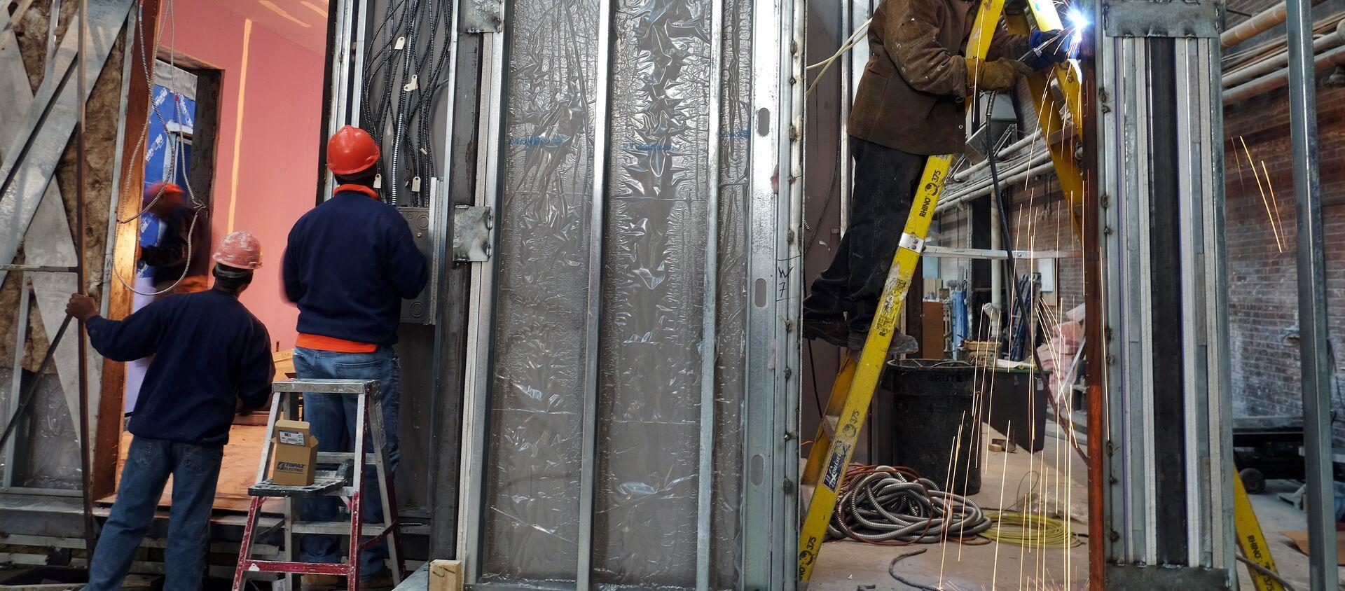 Радници граде модуларну стамбену јединицу у фабрици у Њујорку - Sputnik Србија, 1920, 03.04.2021