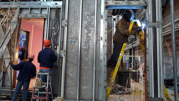 Radnici grade modularnu stambenu jedinicu u fabrici u Njujorku - Sputnik Srbija