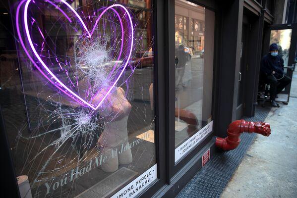 Оштећен излог продавнице током протеста у Минеаполису - Sputnik Србија