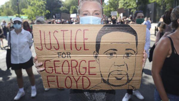 Протест испред америчке амбасаде у Даблину, због убиства афроамериканца Џорџа Флојда - Sputnik Србија