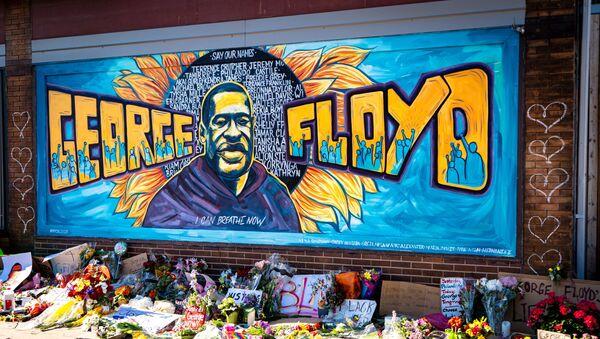 Графит у Минеаполису посвећен Џорџу Флојду, који је убијен током хапшења - Sputnik Србија