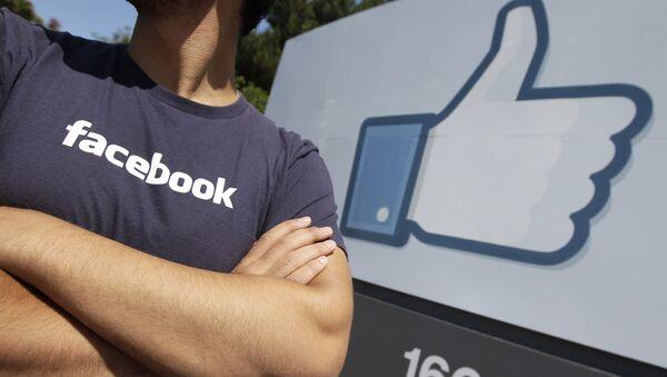 Радник Фејсбука, човек у мајици Фејсбука - Sputnik Србија