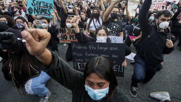 Демонстранти учествују у протестима у понедељак, 1. јуна 2020. године у Анахеиму, Калифорнија, због смрти Џорџа Флојда, 25. маја у Миннеаполису. - Sputnik Србија