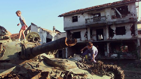 Deca se igraju na uništenom tenku u Klini tokom bombardovanja 1999. godine - Sputnik Srbija