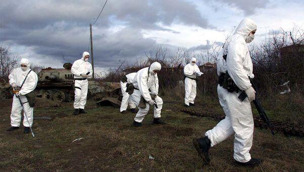 Portugalski i italijanski vojnici KFOR mere radijaciju u Klini 2001. posle NATO agresije - Sputnik Srbija