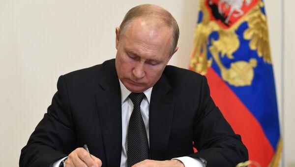Руски председник Владимир Путин током потписује указе - Sputnik Србија