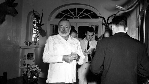 Američki pisac Ernest Hemingvej u svom domu na Kubi - Sputnik Srbija