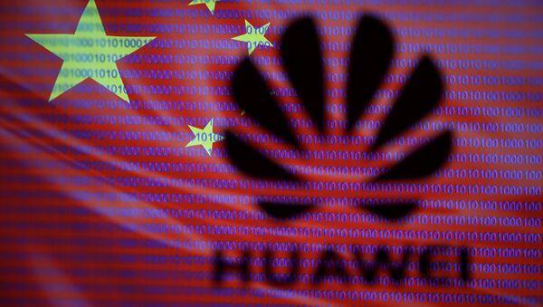 Лого Хуавеj на позадини кинеске заставе - Sputnik Србија
