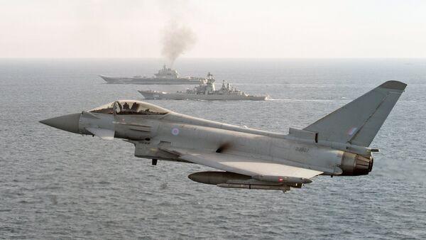 Авион британског Краљевског ваздухопловства Тајфун прати руске ратне бродове Петар Велики и Адмирал Кузњецов  - Sputnik Србија