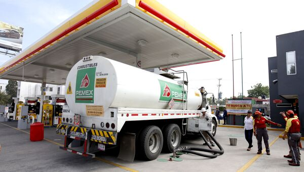 Naftna cisterna na benzinskoj pumpi u Sapopanu u Meksiku - Sputnik Srbija