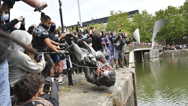 Демонстранти у Бристолу бацају у реку статуу трговца робљем - Sputnik Србија