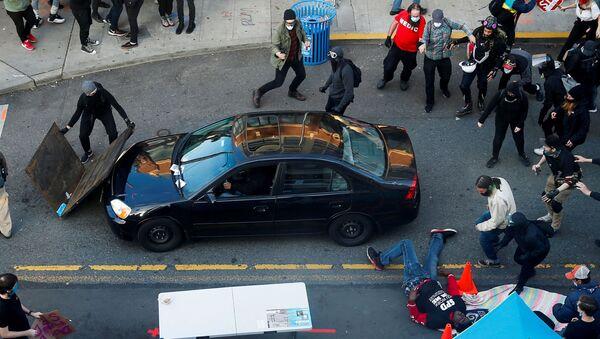 Аутомобил улеће међу демонстранте у Сијетлу на протестима против полицијске бруталности - Sputnik Србија