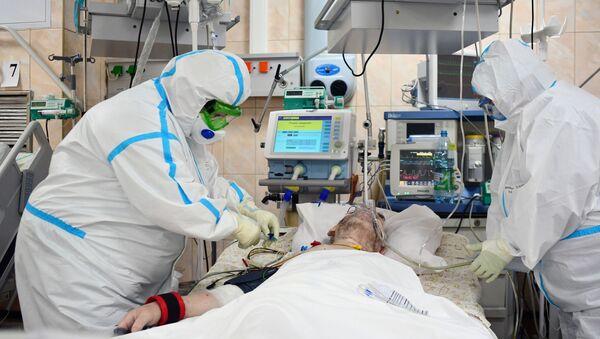 Медицински радници и пацијент оболео од ковида 19 на одељењу интензивне неге у градској болници у Москви - Sputnik Србија