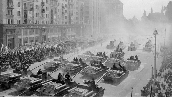 Један од главних делова параде био је пролазак војних возила Црвене армије. - Sputnik Србија