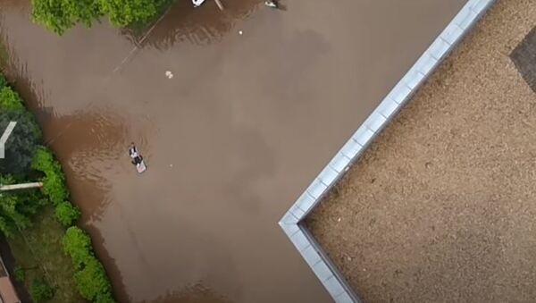 Не, није Венеција...  Овај човек весла поплављеним улицама једног руског града!  - Sputnik Србија