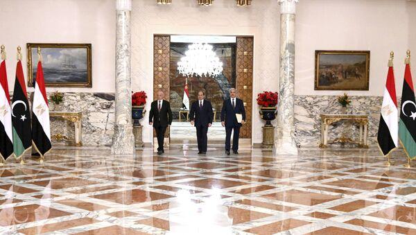 Predsednik Parlamenta u Tobruku Akil Saleh, predsednik Egipta Abdel Fatah el Sisi i komandant Libijske nacionalne armije maršal Halifa Haftar nakon sastanka u Kairu - Sputnik Srbija