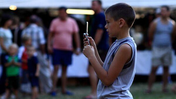 Дете и мобилни телефон - Sputnik Србија
