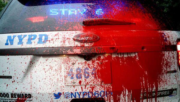 Policijsko vozilo u Njujorku poliveno crvenom farbom tokom protesta zbog smrti Džordža Flojda - Sputnik Srbija