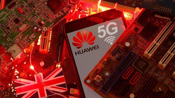Britanska zastava i pametni telefon sa logotipom mreže Huavej i 5G na matičnoj ploči računara na ovoj slici ilustracije snimljenoj 29. januara 2020. - Sputnik Srbija