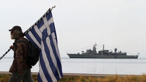 Čovek nosi zastavu Grčke u zalivu Termaikos u Solunu - Sputnik Srbija