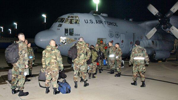 Припадници америчког ратног ваздухопловства укрцавају се у војни авион у војној бази Рамштајн у Немачкој - Sputnik Србија