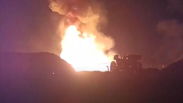 Ruski vojnici gase zapaljenu bušotinu protivtenkovskim topom - Sputnik Srbija