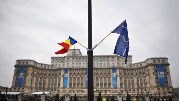 Заставе Румуније и НАТО-а испред зграде румунског парламента у Букурешту - Sputnik Србија