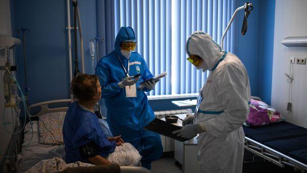 Лекари са пацијентом у болници за лечење заражених вирусом корона  - Sputnik Србија