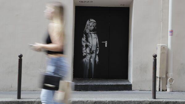 Grafit uličnog umetnika Benksija na vratima pariske koncertne dvorane Bataklan  - Sputnik Srbija