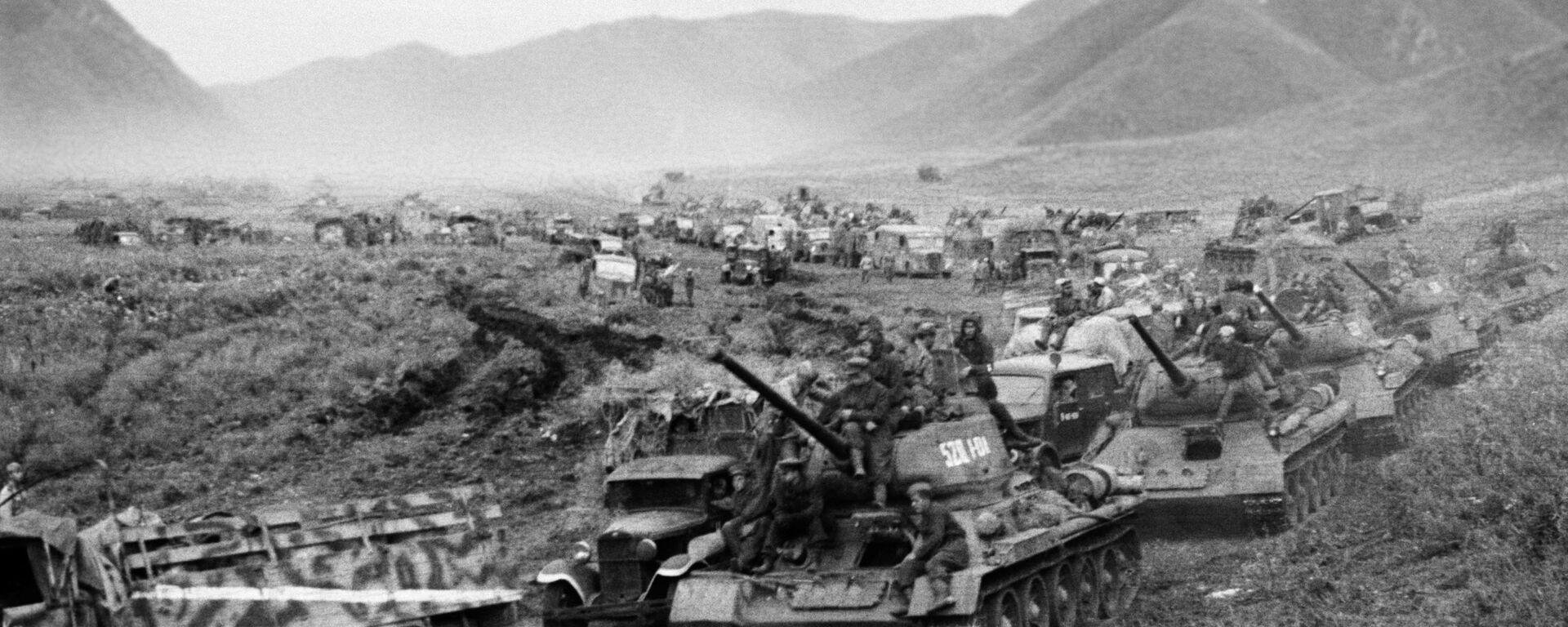 Poraz Kvantunške vojske, najvećeg odreda imperijalnog Japana, krajem Drugog svetskog rata. Tenkovske jedinice sovjetske vojske tokom prelaska Velikog Kingana u avgustu 1945. godine. - Sputnik Srbija, 1920, 30.08.2021