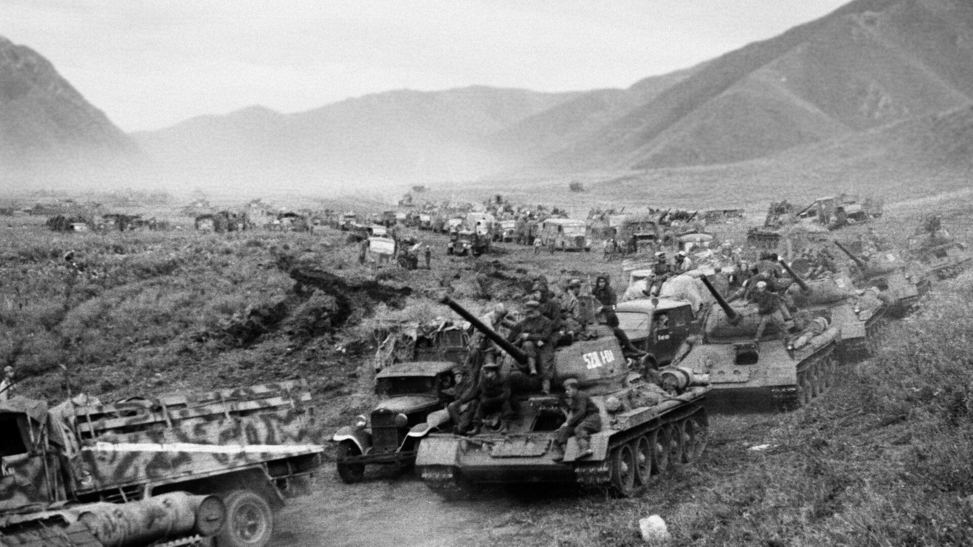 Пораз Квантуншке војске, највећег одреда империјалног Јапана, крајем Другог светског рата. Тенковске јединице совјетске војске током преласка Великог Кингана у августу 1945. године. - Sputnik Србија, 1920, 08.08.2021