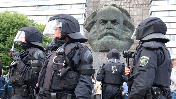 Полицијска патрола поред скулптуре Карла Маркса - Sputnik Србија