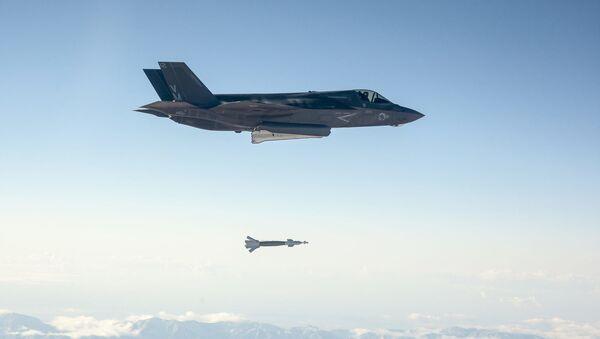 Američki vojni avion F-35 Lajtning II poleće sa vojne baze Edvards u Kaliforniji - Sputnik Srbija