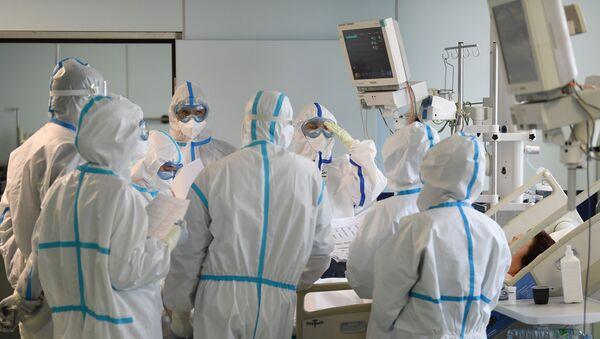 Лекари и медицинско особље поред пацијента на одељењу интензивне неге болнице у Москви - Sputnik Србија