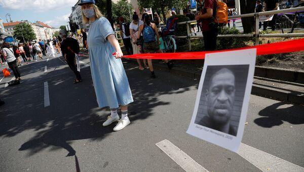 Људски ланац на протестима у Берлину против расизма - Sputnik Србија