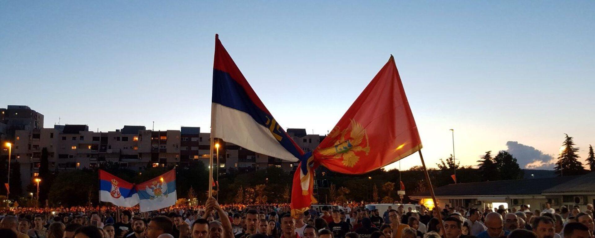 Srpska i crnogorska zastava uvezane na molebanu u Podgorici - Sputnik Srbija, 1920, 12.08.2021