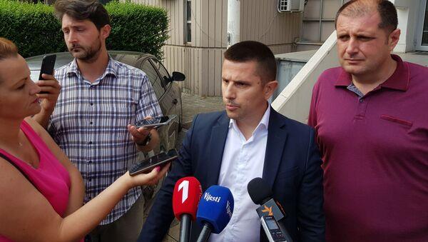 Адвокат Божо Милојевић даје изјаву испред зграде суда у Подгорици - Sputnik Србија