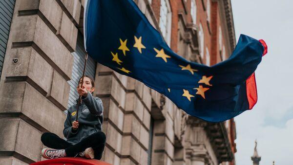 Devojka vijri zastavom Evropske unije - Sputnik Srbija