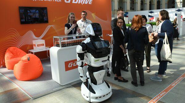 Руски робот помаже путницима на аеродрому  - Sputnik Србија