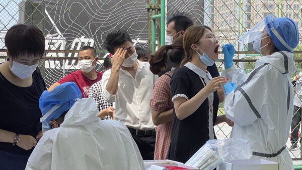 Становници Пекинга стоје у реду да се тестирају на вирус корона  - Sputnik Србија