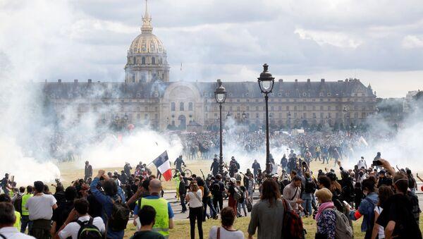 Сукоб демонстраната и полиције на протестима медицинских радника у Паризу - Sputnik Србија